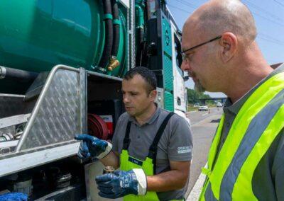 Kanalreingung an der A560 Grubenblitz. Mitarbeiter erklärt Funktionen des Fahrzeuges.