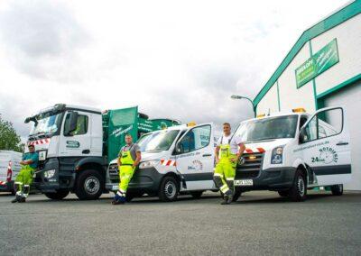 Mitarbeiter und Servicefahrzeuge